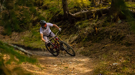 Downhill mountainbiking – the adrenalin rush on two wheels – in 10 tips