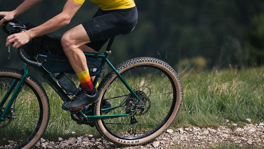 Bikepacker in azione con fondello elasticinterface